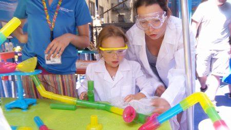 小朋友可以扮演成科学家,一边玩一边了解水的知识。