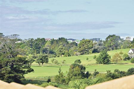 窗外的高尔夫球场。(Harcourts提供)