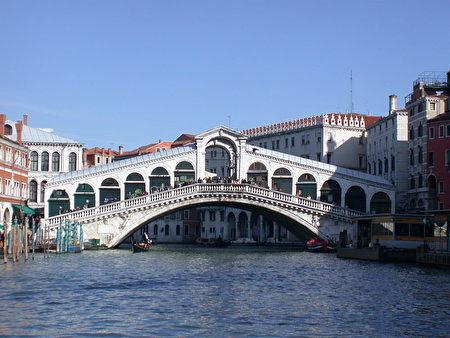 里亚托橋(Ponte di Rialto)。(shutterstock)
