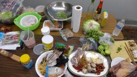 鐵路華工後代李宗保按照諾德霍夫記載的食物清單,昨天現場為大家展示,這些食材包括:花菇、紫菜、金針菇、枸杞、魷魚干、紅棗干、乾鴨子等。