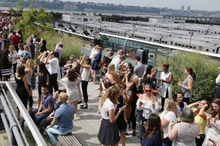 8月21日在曼哈頓高線公園看日蝕的人們。