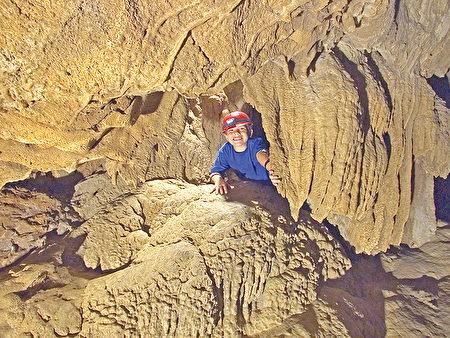 沙斯塔湖洞穴探险。(大纪元)