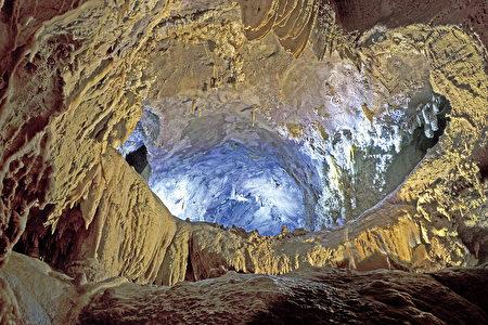 你能想像沙斯塔湖山洞之前树木环绕,百鸟鸣叫的情形吗?(大纪元)