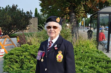图:今年81岁曾获得过多项褒奖及荣誉义务服务于退伍军人的Canadian Legion组织成员Marlene女士很喜爱这个游行。(唐风/大纪元)