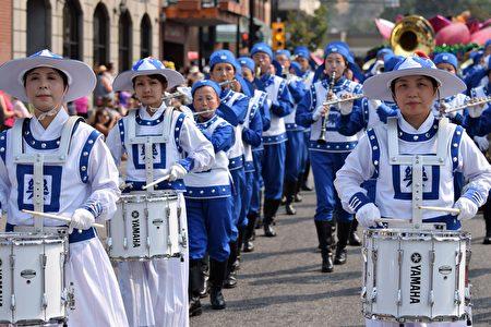 图:法轮大法天国乐团在游行中。(唐风/大纪元)