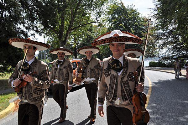 图:墨西哥社区的表演队伍。(唐风/大纪元)