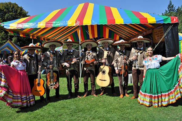 图:墨西哥民族乐团在表演后合影。(唐风/大纪元)