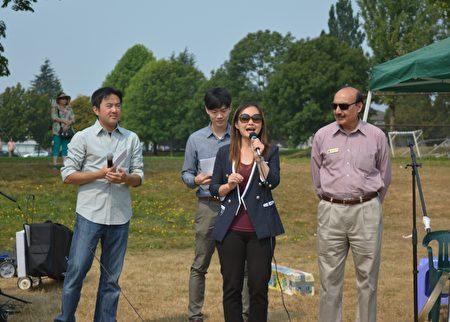 图:大温哥华台湾同乡会举办台湾游园会,长者省务秘书康安礼发言。(邱晨/大纪元)