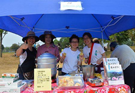 图:大温哥华台湾同乡会举办台湾游园会,台加文化协会的摊位。(邱晨/大纪元)