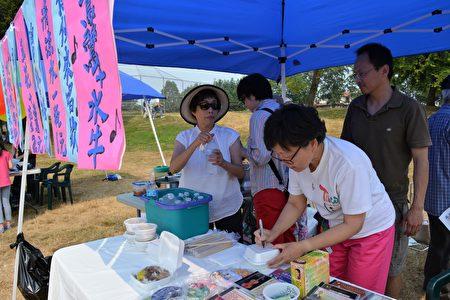 图:大温哥华台湾同乡会举办台湾游园会,白鹭鸶/水牛合唱团的摊位。(邱晨/大纪元)