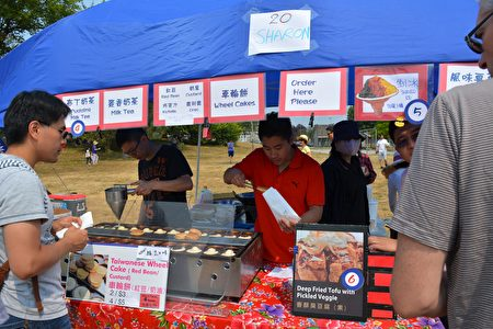 图:大温哥华台湾同乡会举办台湾游园会,地道台湾美食摊位。(邱晨/大纪元)