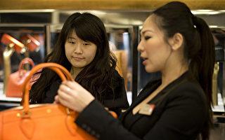 英國時尚品牌博柏利(Burberry)在倫敦攝政大街上的旗艦店裡,有70%的顧客是來自中國的遊客。 位於騎士橋的一家高檔百貨商店為了方便中國遊客,專門配有廣東話和普通話的工作人員。(BEN STANSALL/AFP/Getty Images)