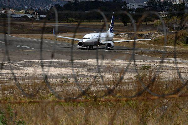 打开飞机紧急出口 美17岁少年跳了下去