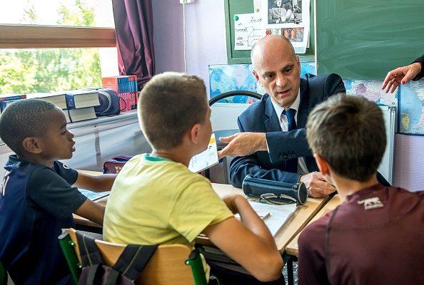 法國學校下週就開學了,教育部長Jean-Michel Blanquer8月29日(週二)召開記者,公佈了新政府五年任期內的第一個新學年教育改革重點。圖為教育部長視察學校。(PHILIPPE HUGUEN/AFP/Getty Images)