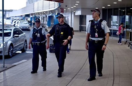警察在機場巡邏。(Peter Parks/Getty Images)