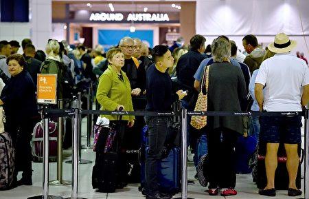 加強的安檢程序使澳洲各大機場擠爆,悉尼機場最嚴重。(Peter Parks/Getty Images)