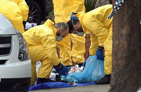 7月31日,警方在悉尼拉坎巴(Lakemba)區的嫌犯公寓處搜查罪證。(William West/Getty Images)