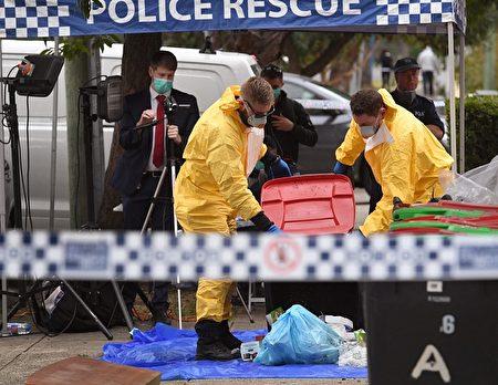 7月31日,警方在悉尼拉坎巴(Lakemba)區的嫌犯公寓處搜查罪證。(William West /Getty Images)
