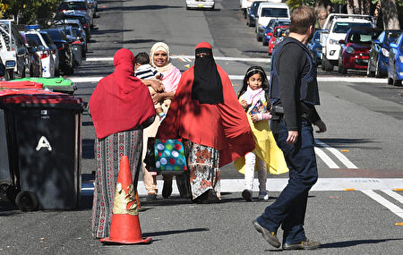 8月1日,警方在悉尼拉坎巴(Lakemba)區搜查嫌犯公寓。(William West/Getty Images)