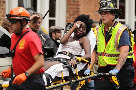 傷者包紮後送醫救治。(Chip Somodevilla/Getty Images)