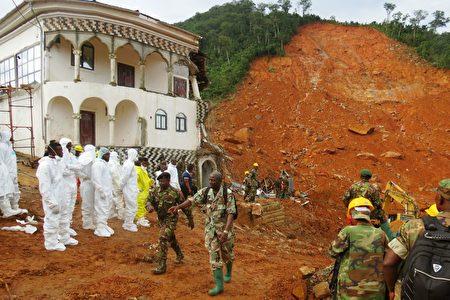 西非國家塞拉利昂首都自由市郊區爆發嚴重泥石流,死傷慘重,急待救援。 ( SAIDU BAH/AFP/Getty Images)