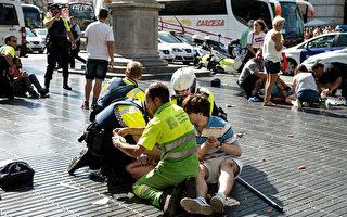 8月17日,在巴塞罗那市中心,一辆白色货车冲撞人群, 造成13人死亡,100多人受伤。伤者中有26名法国人,其中有11人受伤严重。图为医务人员和警察现场救治伤者。(Nicolas Carvalho Ochoa/Getty Images)