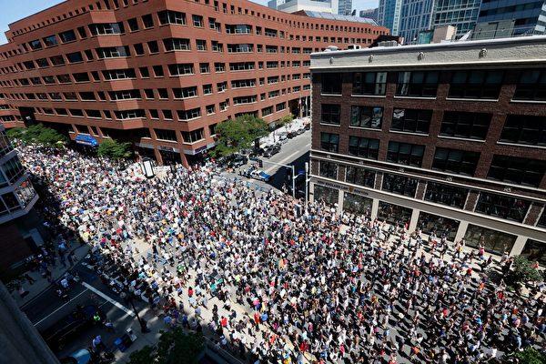 组图:波士顿上万人游行反种族主义
