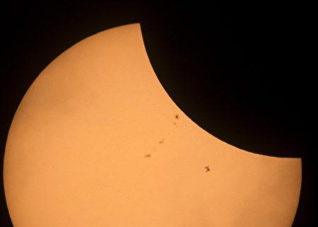 8月21日,在美國日食期間,國際空間站(ISS)「過境」太陽的畫面。(Joel Kowsky/NASA via Getty Images)
