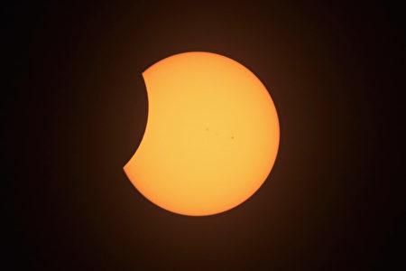 8月21日美国伊利诺伊州Carbondale的日偏食现象。(Scott Olson/Getty Images)