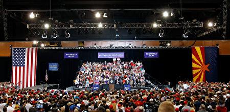 周二(22日)晚上在凤凰城的集会活动,现场挤满1.5万名川普支持者。(Ralph Freso/Getty Images)