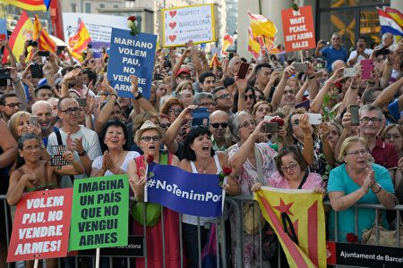 """People hold placards reading in Catalan """"No Tinc Por"""" (I'm Not Afraid) and """"You want peace, don't sell weapons"""" during a march against terrorism in Barcelona on August 26, 2017, following the Barcelona and Cambrils attacks that killed 15 people and injuring over 100. Tens of thousands of Spaniards and foreigners stage a defiant march against terror through Barcelona on August 26 following last week's deadly vehicle rampages. The Mediterranean city is in mourning after a van ploughed into crowds on Las Ramblas boulevard on August 17, followed hours later by a car attack in the seaside town of Cambrils. / AFP PHOTO / LLUIS GENE (Photo credit should read LLUIS GENE/AFP/Getty Images)"""