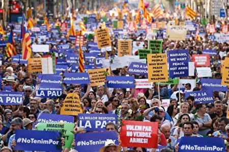 """西班牙成千上万的民众聚集巴塞罗那举行反恐大游行。活动的主题是""""我不惧怕""""( No tinc Por --I am not afraid) 。(PAU BARRENA/AFP/Getty Images)"""