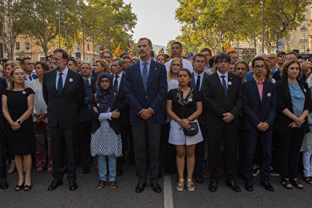 BARCELONA, SPAIN - AUGUST 26: King Felipe VI of Spain (C) marches during a demonstration against the last week's terrorist attacks on August 26, 2017 in Barcelona, Spain. Hundreds of thousands people have marched in central Barcelona for the 'No tinc Por' (I am not afraid) joining in solidarity with the 14 victims of last week's terrorists attacks in Barcelona and Cambrils. 14 people were killed and dozens of injured in two terrorist attacks on August 17, when a van rammed crowds along the popular street of Las Ramblas in Barcelona and then a woman was sttabed by a terrorist in Clambrils. (Photo by David Ramos/Getty Images)