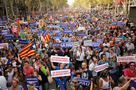People hold placards during a march against terrorism which slogan will be #NoTincPor (I'm Not Afraid) in Barcelona on August 26, 2017, following the Barcelona and Cambrils attacks killing 15 people and injuring over 100. Tens of thousands of Spaniards and foreigners are to stage a defiant march against terror through Barcelona on August 26 following last week's deadly vehicle rampages. The Mediterranean city is in mourning after a van ploughed into crowds on Las Ramblas boulevard on August 17, followed hours later by a car attack in the seaside town of Cambrils. / AFP PHOTO / PAU BARRENA (Photo credit should read PAU BARRENA/AFP/Getty Images)
