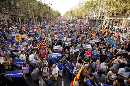 People hold placards and Catalan flags during a march against terrorism which slogan is #NoTincPor (I'm Not Afraid) in Barcelona on August 26, 2017, following the Barcelona and Cambrils attacks that killed 15 people and injuring over 100. Tens of thousands of Spaniards and foreigners stage a defiant march against terror through Barcelona on August 26 following last week's deadly vehicle rampages. The Mediterranean city is in mourning after a van ploughed into crowds on Las Ramblas boulevard on August 17, followed hours later by a car attack in the seaside town of Cambrils. / AFP PHOTO / PAU BARRENA (Photo credit should read PAU BARRENA/AFP/Getty Images)