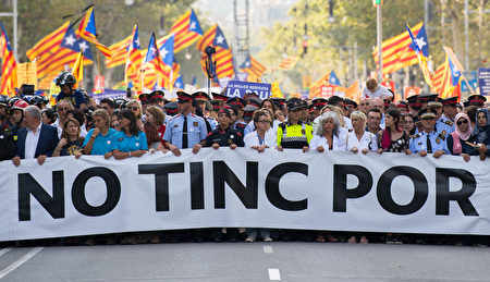 BARCELONA, SPAIN - AUGUST 26: Police and Emergency Service staff march holding a banner reading 'No Tinc Por' (I am not afraid) during a demonstration against the last week's terrorist attacks on August 26, 2017 in Barcelona, Spain. Hundreds of thousands people have marched in central Barcelona for the 'No tinc Por' (I am not afraid) joining in solidarity with the 14 victims of last week's terrorists attacks in Barcelona and Cambrils. 14 people were killed and dozens of injured in two terrorist attacks on August 17, when a van rammed crowds along the popular street of Las Ramblas in Barcelona and then a woman was sttabed by a terrorist in Clambrils. (Photo by David Ramos/Getty Images)