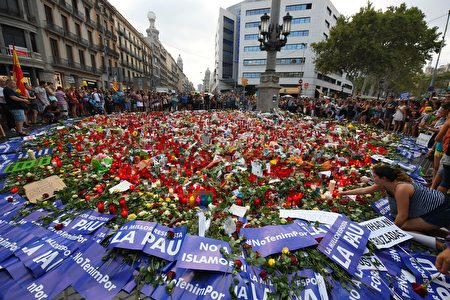 People place placards and candles to pay tribute to the victims of the Barcelona and Cambrils attacks on the Rambla boulevard in Barcelona on August 26, during a march against terrorism which slogan is #NoTincPor (I'm Not Afraid). Tens of thousands of Spaniards and foreigners staged a defiant march against terror through Barcelona on August 26 following last week's deadly vehicle rampages. The Mediterranean city is in mourning after a van ploughed into crowds on Las Ramblas boulevard on August 17, followed hours later by a car attack in the seaside town of Cambrils. / AFP PHOTO / LLUIS GENE (Photo credit should read LLUIS GENE/AFP/Getty Images)