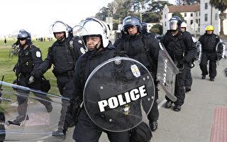 """""""爱国祈祷者""""领袖伯克利遭胡椒喷雾攻击 却被警察带走"""