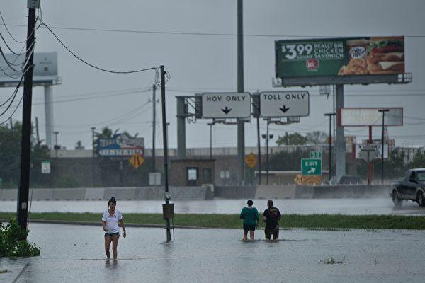 哈维是美国十年来所遭遇的最强大的风暴,于周五(25日)晚登陆德州后带来灾难性的洪水。(BRENDAN SMIALOWSKI/AFP/Getty Images)