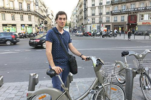 电脑工程师Guillaume告诉本报记者,Vélib'自行车是他每天前往地铁站的代步交通工具。(关宇宁/大纪元)