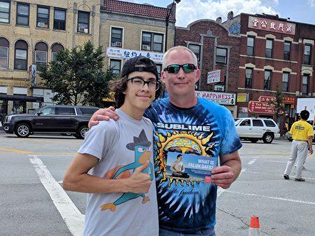 圖:居住在芝加哥西南郊的歐緹(Brett Otte)父子表示支持法輪功。(唐明鏡/大紀元)