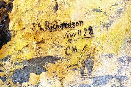 第一个发现此岩洞的印地安人和白人在此签名。(大纪元)