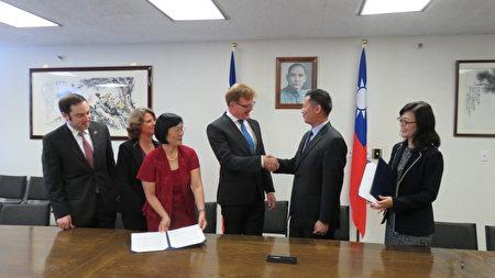 8月21日第二期「臺灣研究講座」合作備忘錄簽署儀式。(袁玫/大紀元)