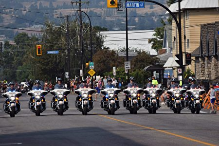 图:游行队伍中,警察摩托车开道。(唐风/大纪元)