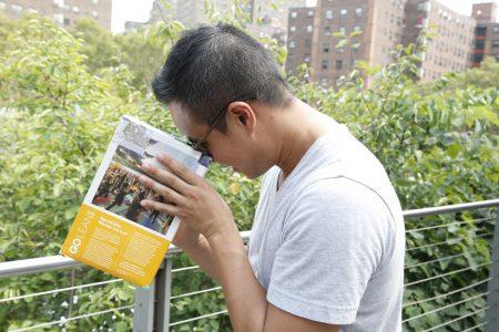 越南張姓小伙用自製餅乾盒投影看日蝕。