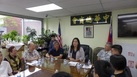 市议员第二选区参选人利华娜(Carlina Rivera)28日拜访中华总商会,寻求民众支持其竞选市议员一职。