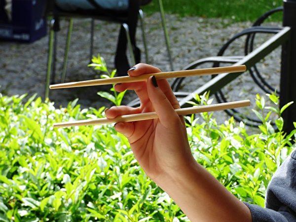 握筷子的位置,每個人都不同。(Pixabay)