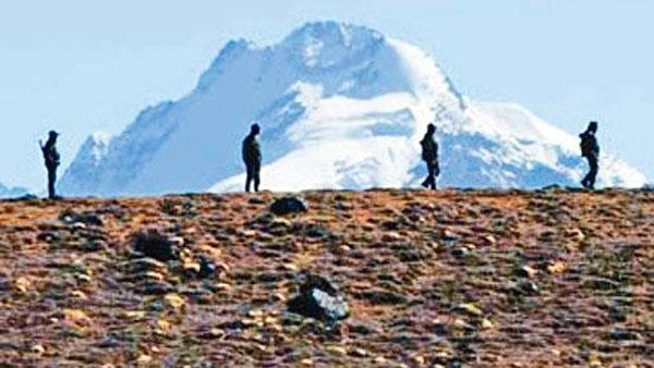 圖為中印邊境駐守的印度士兵。(AFP)