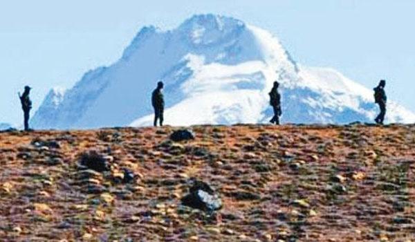 中印边境冬季开始 中方士兵连四天被担架抬走