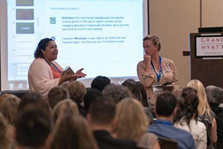 参加论坛的教育机构代表在介绍所在学校使用聊天平台的经验。 (石青云/大纪元)
